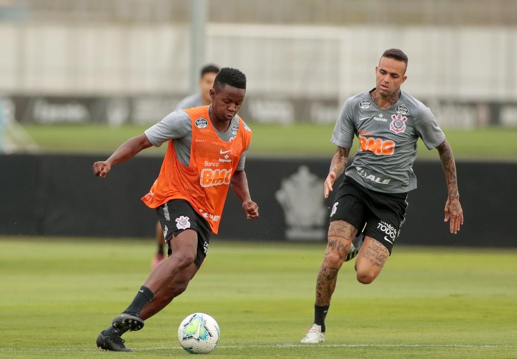 Cazares e Luan em treinamento do Corinthians no CT — Foto: Rodrigo Coca/Ag.Corinthians