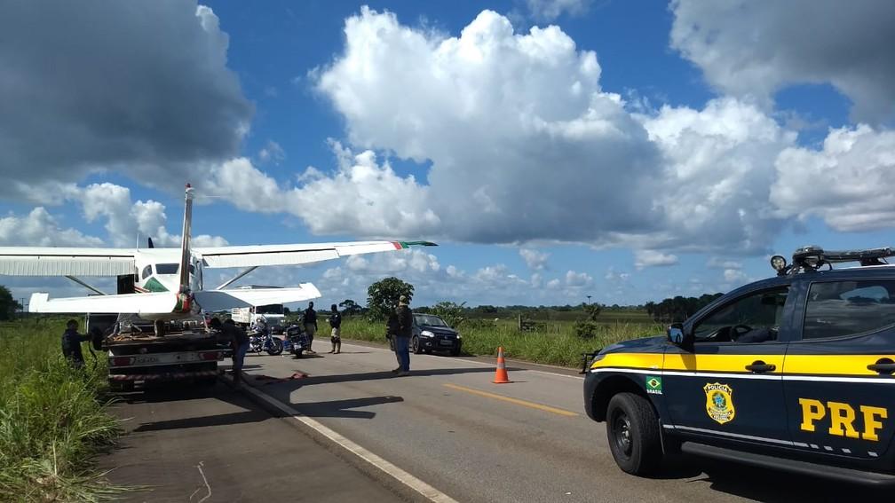 Aeronave fez pouso forçado na BR-174, no Sul de Roraima — Foto: Divulgação/PF