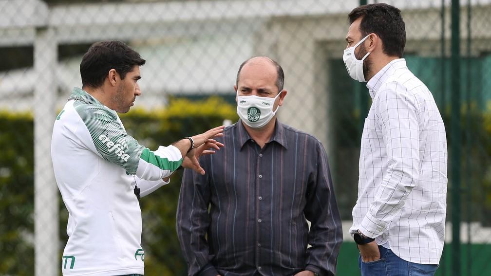 Abel Ferreira, técnico do Palmeiras, conversa com Cícero Souza e Edu Dracena — Foto: Cesar Greco / Ag. Palmeiras
