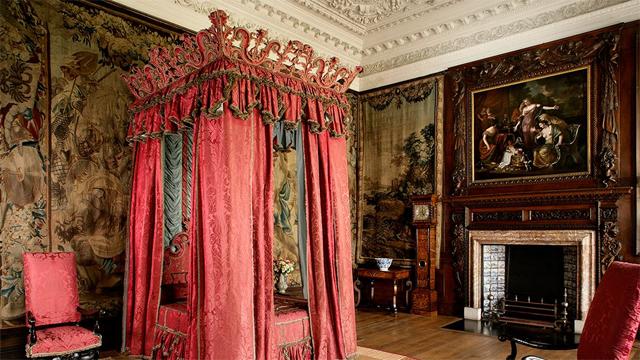 O quarto de Charles II, com a cama ostentação que não era utilizada pelo rei por ser muito cara  (Foto: Divulgação)