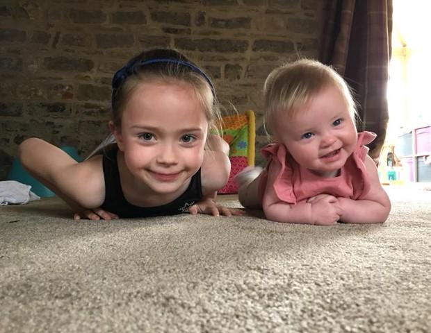 Lilia com a irmã Efinelte (Foto: Reprodução Facebook)
