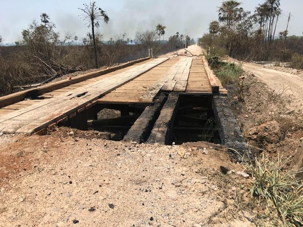 Ponte atingida por incêndio no Pantanal de MS; ao fundo, fumaça — Foto: Edmar Melo/ TV Morena