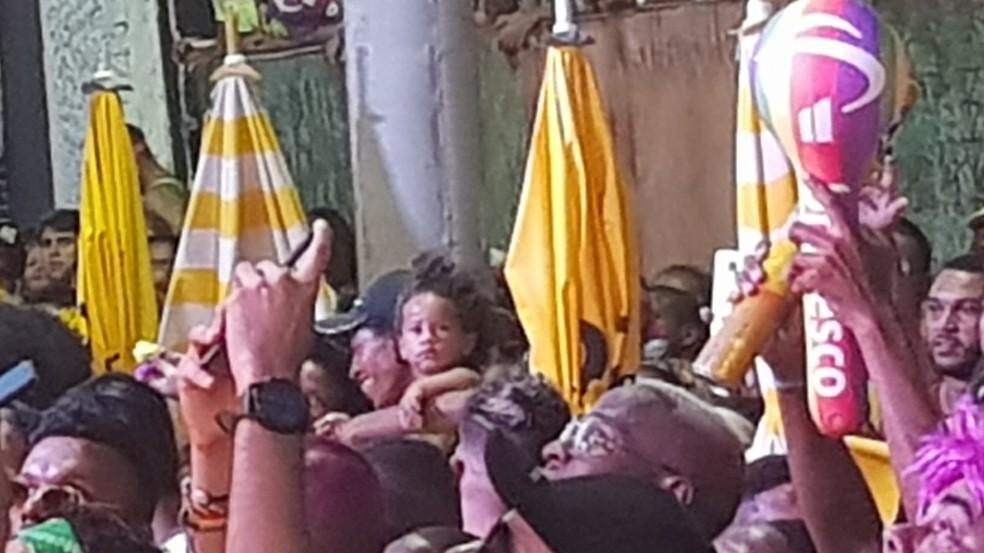 Ivete Sangalo prometeu um ano de fraldas para menina que assistia ao desfile em Salvador — Foto: Eric Luis Cravalho/G1BA