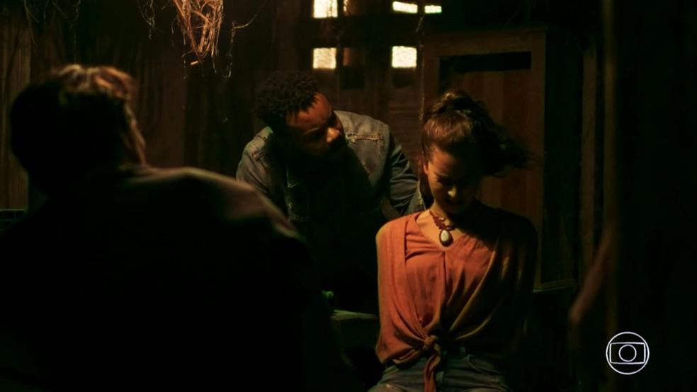 Os bandidos mandam que Rita (Alanis Guillen) e Rui (Romulo Arantes Neto) mandem mensagem pelo celular dizendo que viajaram juntos, em 'Malhação - Toda Forma de Amar' — Foto: TV Globo