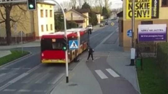 Garota escapa por pouco de ser atropelada por ônibus após empurrão de amiga