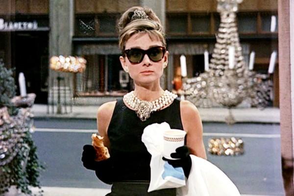 A atriz Audrey Hepburn em cena de Bonequinha de Luxo (1961) (Foto: Reprodução)