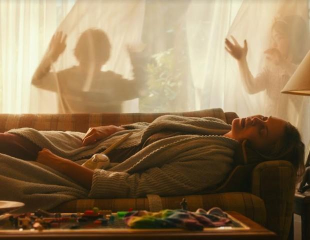 Depois de uma noite cuidando de um recém-nascido, a mãe fica exausta e sem forças para lidar com os filhos mais velhos (Foto: Divulgação)