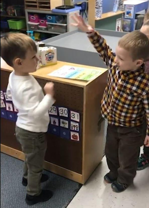 Alunos se cumprimentando ao chegar à sala de aula (Foto: Reprodução Youtube)