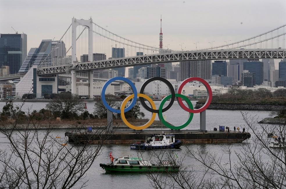 Anéis olímpicos são instalados na Baía de Tóquio para os Jogos  — Foto: EFE/EPA/KIMIMASA MAYAMA