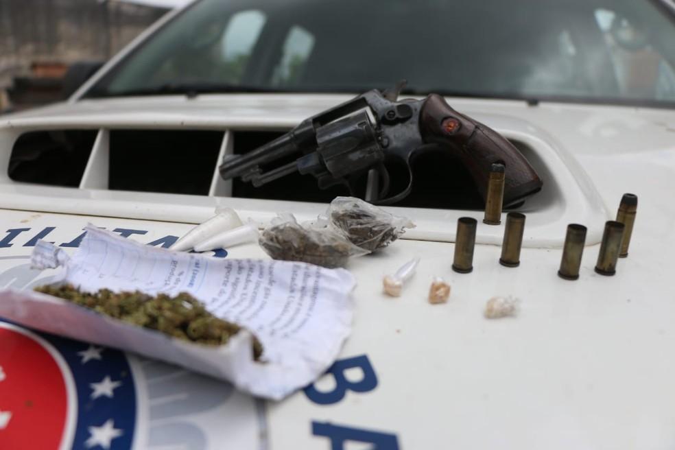 Armas e drogas foram apreendidas  — Foto: Alberto Maraux/SSP