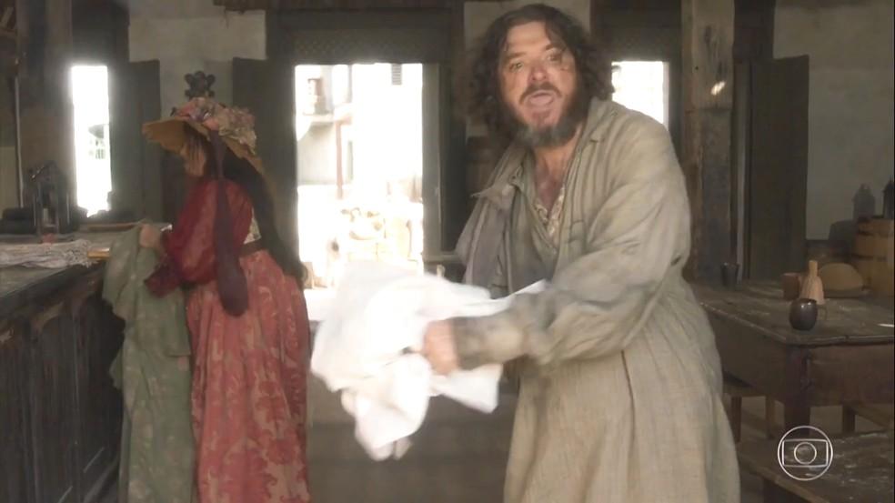 Licurgo (Guilherme Piva) expulsa Germana (Vivianne Pasmanter) de sua vida, e joga as roupas dela na rua, em 'Novo Mundo' — Foto: TV Globo