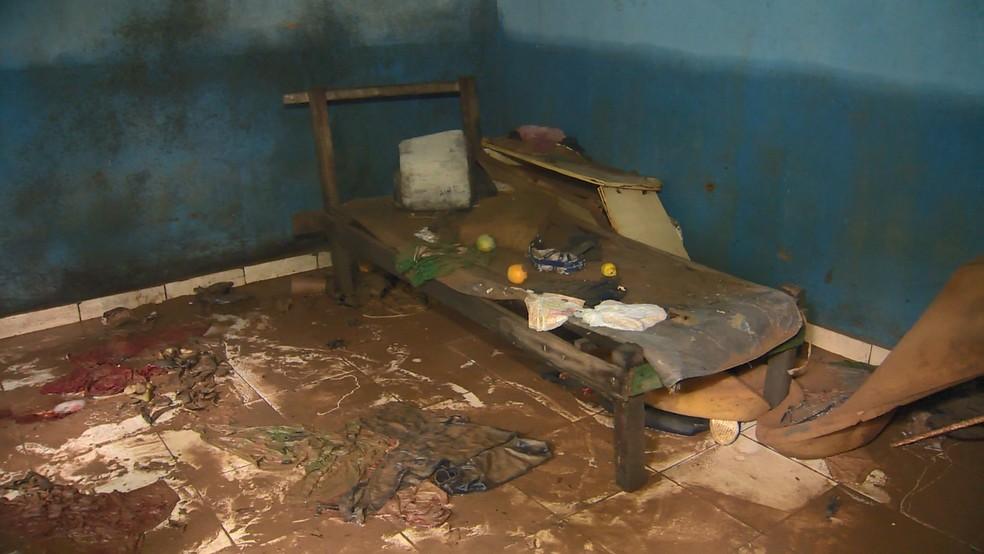 Corpo de homem foi encontrado ao lado de cama, em Cariacica, no ES  — Foto: Manoel Neto/ TV Gazeta