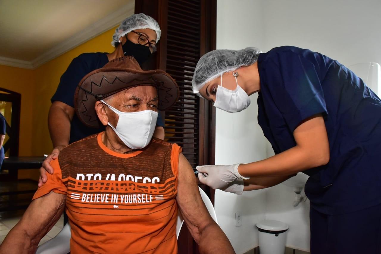 Idosos em asilos começam a ser vacinados contra a Covid-19 em São Luís