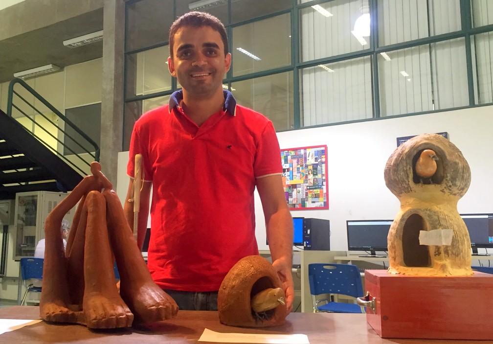 Inácio Vandier começou na escultura fazendo casinhas de joão de barro (Foto: Fabiana Assis/G1)