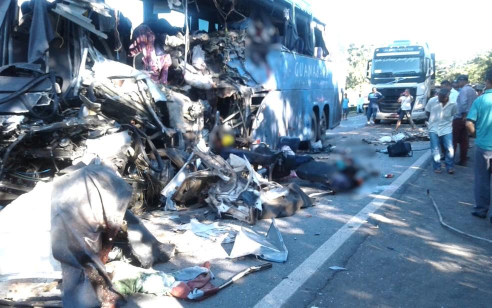 Lateral do ônibus ficou completamente destruída (Foto: Corpo de Bombeiros)