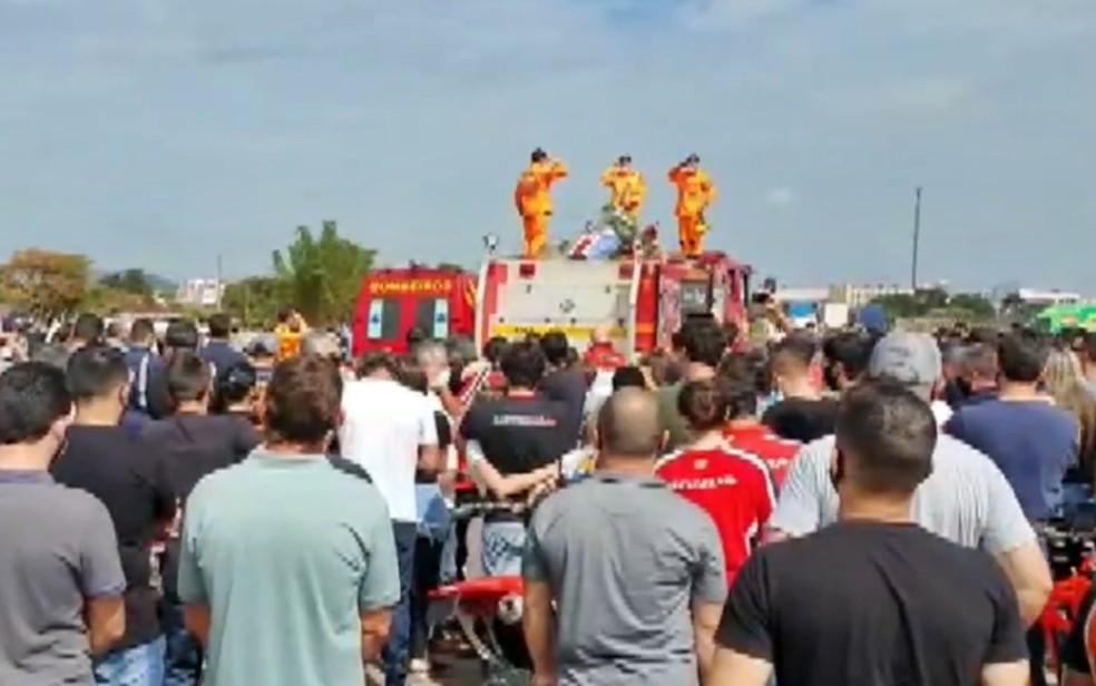 Corpo do piloto Tunico Maciel, que morreu após acidente no Rally dos Sertões,  é levado em cortejo em MG | sul de minas | ge