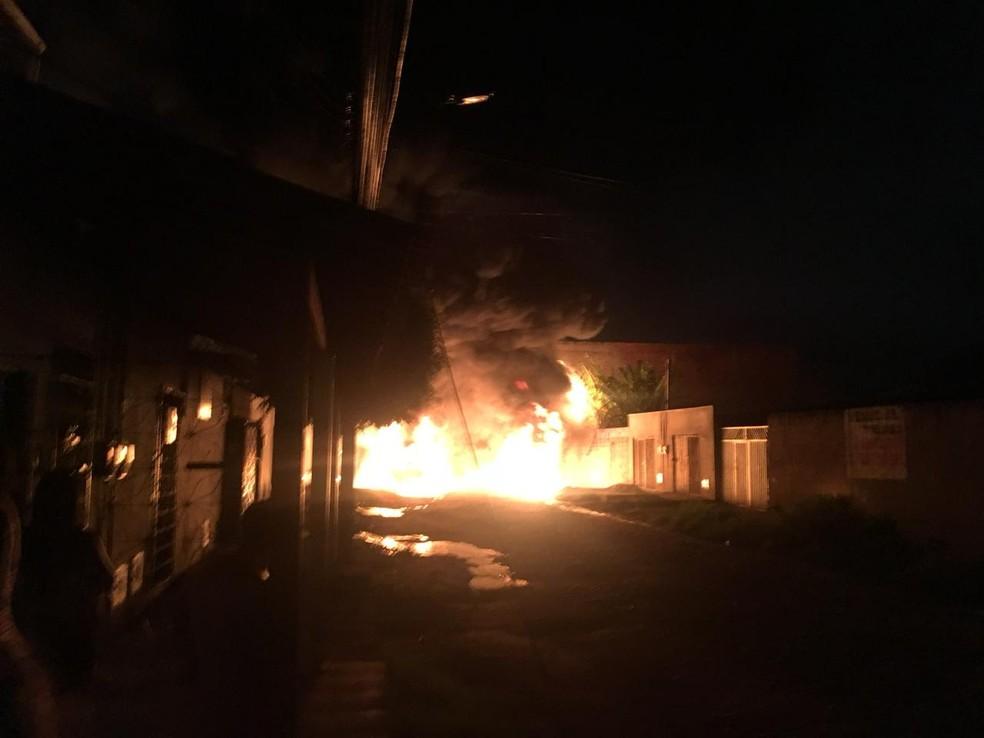 Fogo atingiu carro na madrugada — Foto: Divulgação