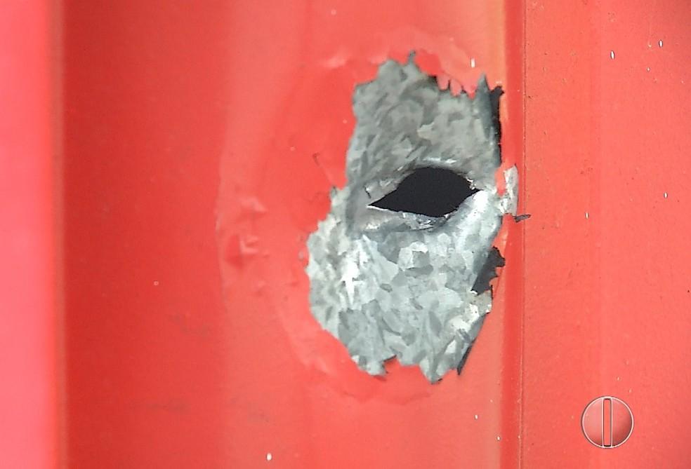 Marca de tiro ficou no portão do bar, após tiroteio em Parnamirim, na Grande Natal — Foto: Reprodução/Inter TV Cabugi