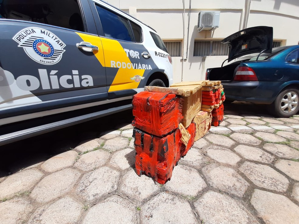 Droga estava distribuída pelo porta-malas e banco traseiro de um carro — Foto: Polícia Rodoviária