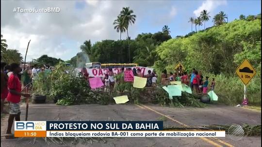 Indígenas fecham rodovia na Bahia para protestar contra transferência da Funai para Ministério da Mulher e Família