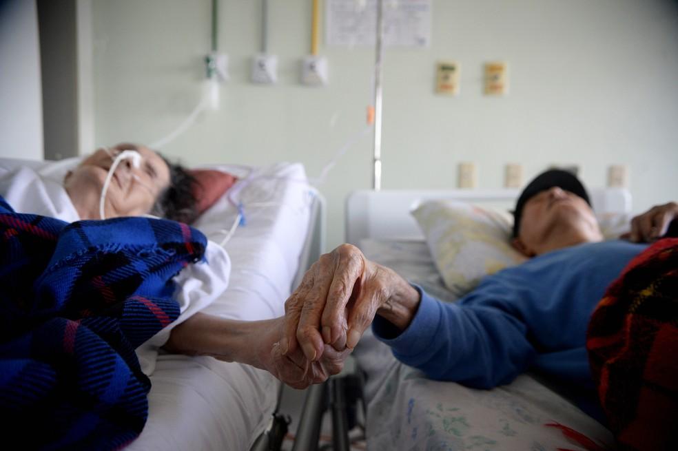 Francisco e Sebastiana de mãos dadas durante internação em hospital do DF  — Foto: Matheus Oliveira/Agência Saúde