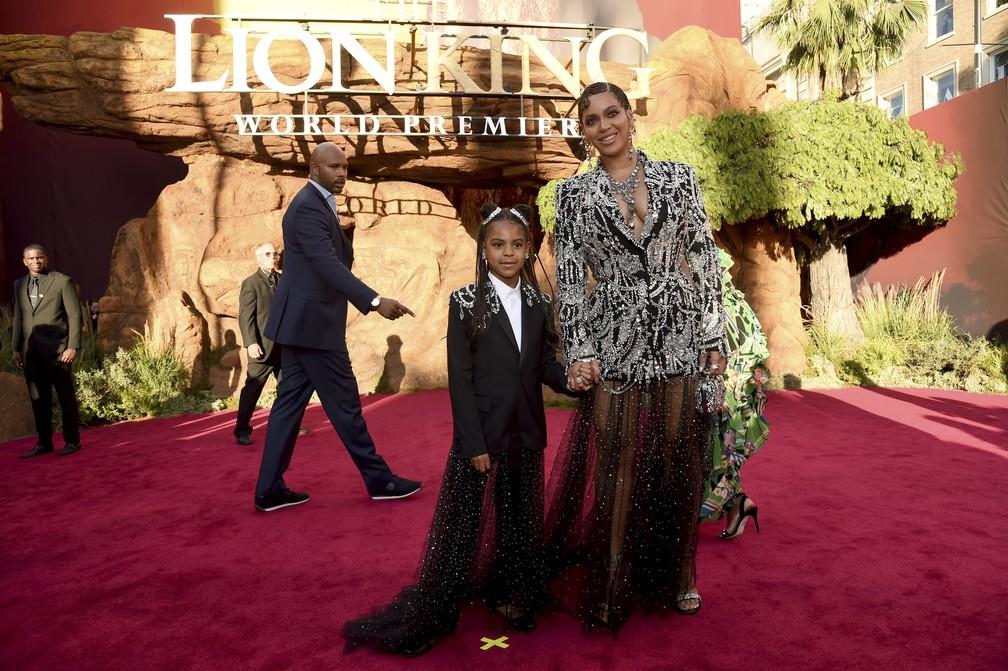 """A cantora Beyoncé com a filha Blue Ivy Carter no tapete vermelho da pré-estreia do filme """"O Rei Leão"""" — Foto: Chris Pizzello/Invision/AP"""