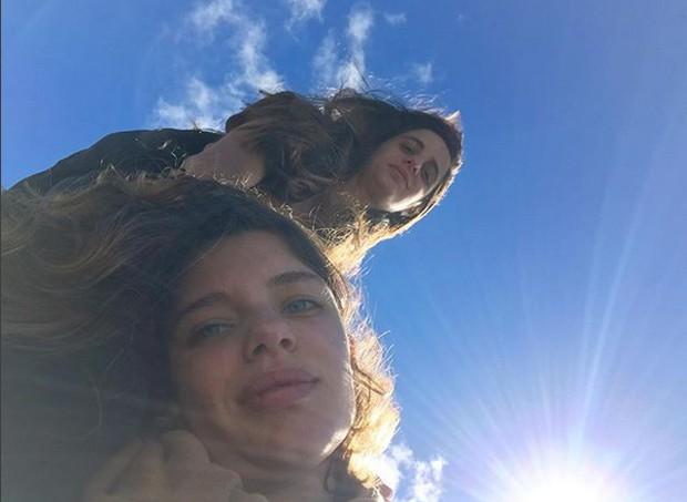 Bruna Linzmeyer e a namorada (Foto: Reprodução / Instagram)