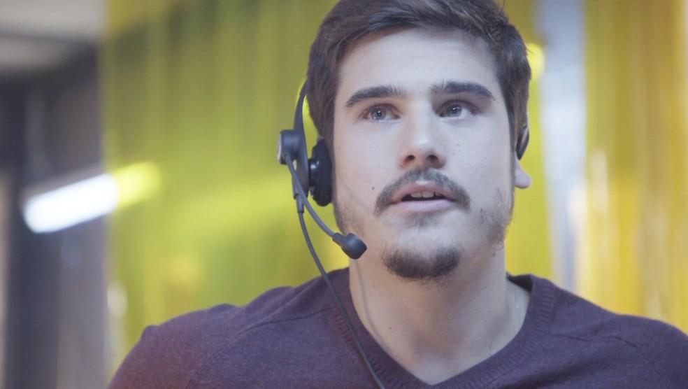 Samuca (Nicolas Prattes) consegue falar com Marocas (Juliana Paiva) e ele manda mensagem cifrada para ele, em 'O Tempo Não Para' — Foto: TV Globo