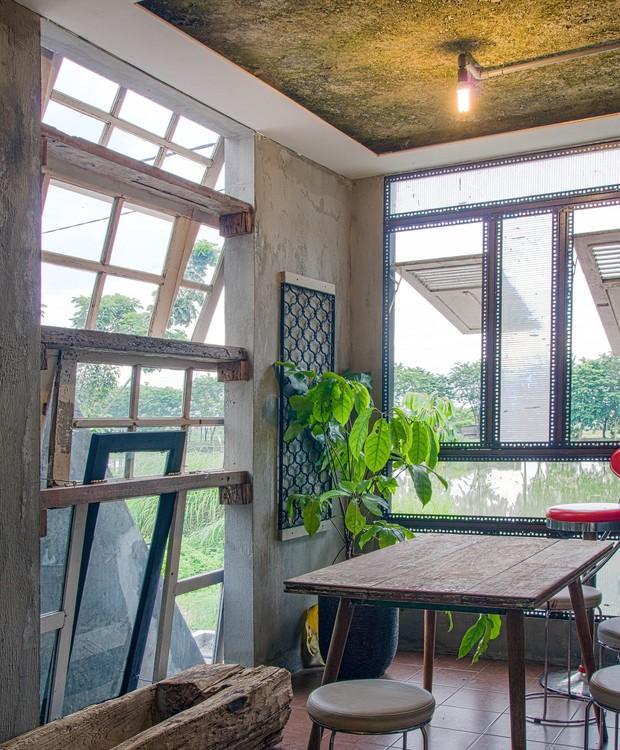 Nesta casa na Indonésia, as portas foram reutilizadas como janelas (Foto: gayuh budi utomo arsitek / Flickr)