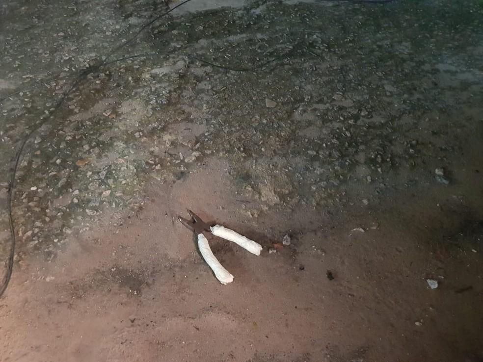 Um alicate foi encontrado ao lado do corpo do homem. — Foto: Rafaela Duarte/Verdes Mares