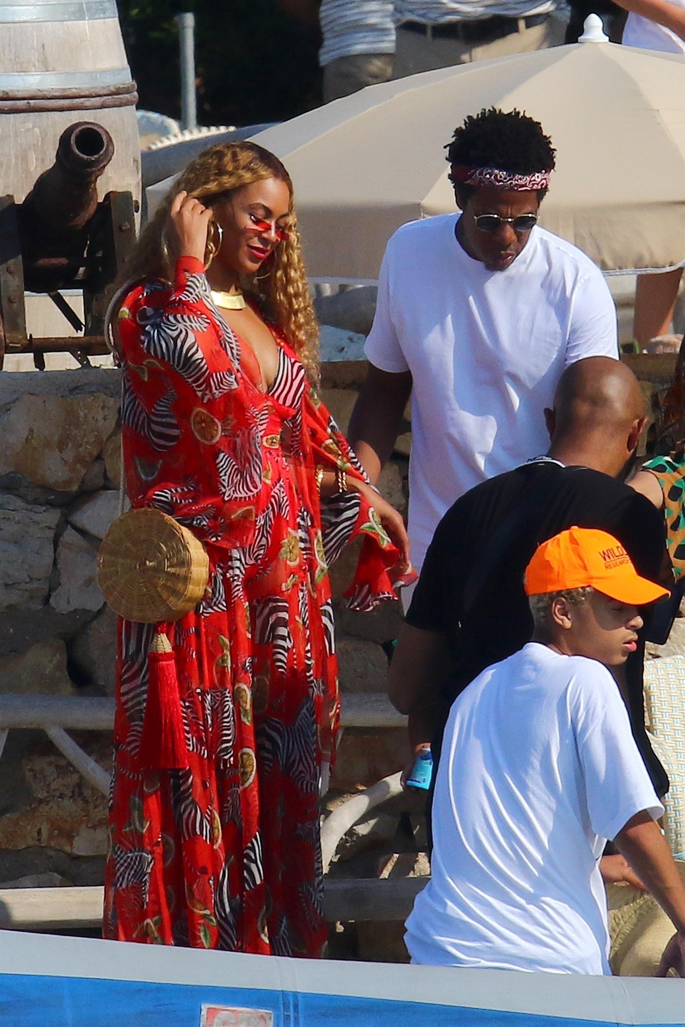 Beyoncé usa bolsa de palha da marca carioca Waiwai Rio (Foto: Backgrid)