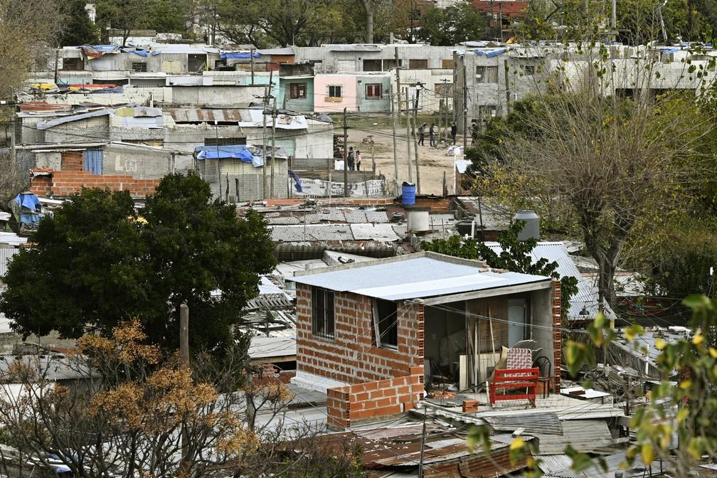 Moradores de Villa Azul, na Argentina, vivem em condições precárias. Bairro foi isolado nesta segunda (25) — Foto: Juan Mabromata/AFP