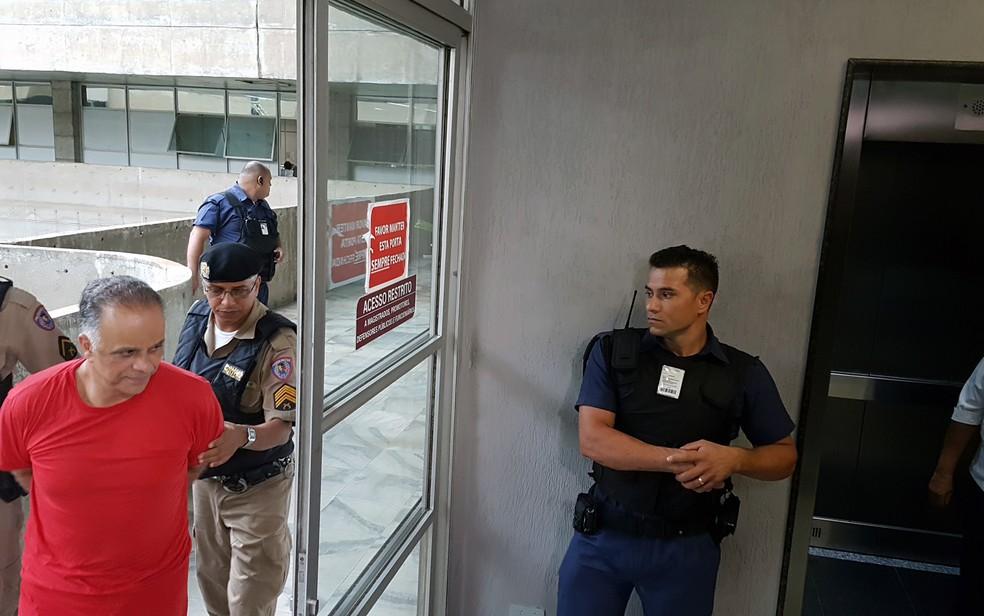 Marcos Valério é levado por policiais após interrogatório no Fórum Lafayette, em Belo Horizonte, no processo do mensalão tucano (Foto: Raquel Freitas/G1)