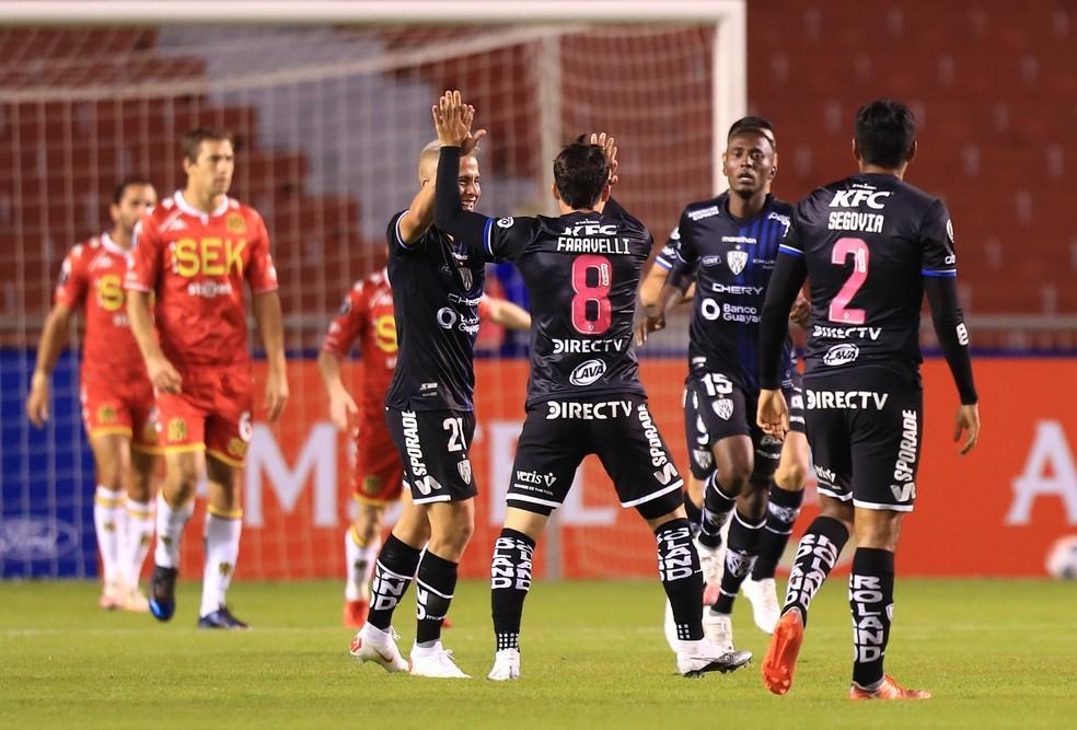 Jogadores do Independiente del Valle comemoram gol de Lorenzo Faravelli (8), o terceiro do time equatoriano contra o Unión Española — Foto: José Jácome/EFE