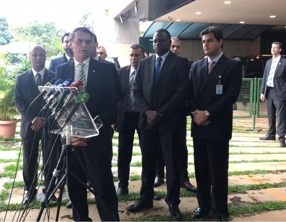 O presidente eleito, Jair Bolsonaro, durante entrevista coletiva na sede do governo de transição — Foto: Guilherme Mazui/G1