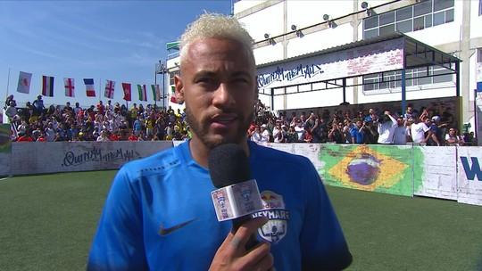 """Em evento, Neymar bate bola, faz gol e diz que está """"quase 100%"""", mas não fala sobre futuro"""