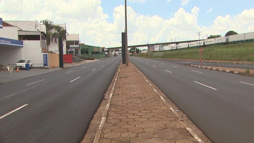 Via Expressa, uma das principais avenidas de Araraquara, teve pouca movimentação de veículos neste domingo — Foto: Nilson Porcel/EPTV