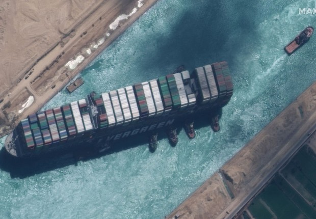 Ever Given, navio que encalhou no Canal de Suez, no Egito, causando bloqueio do tráfego (Foto: Getty Images)