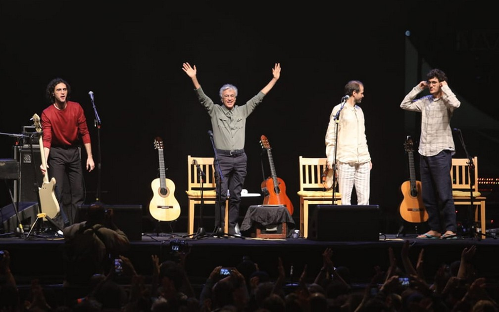 Caetano e os filhos no fim do show — Foto: Fábio Tito/G1