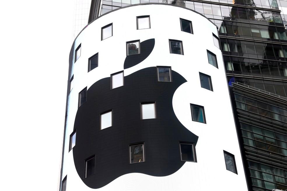 Um painel eletrônico mostra a marca da maçã na parte externa da Nasdaq em Nova York, nos EUA, após o fechamento das negociações do dia. A Apple foi a primeira empresa privada a atingir a marca de US$ 1 trilhão em valor de mercado (Foto: Mike Segar/Reuters)