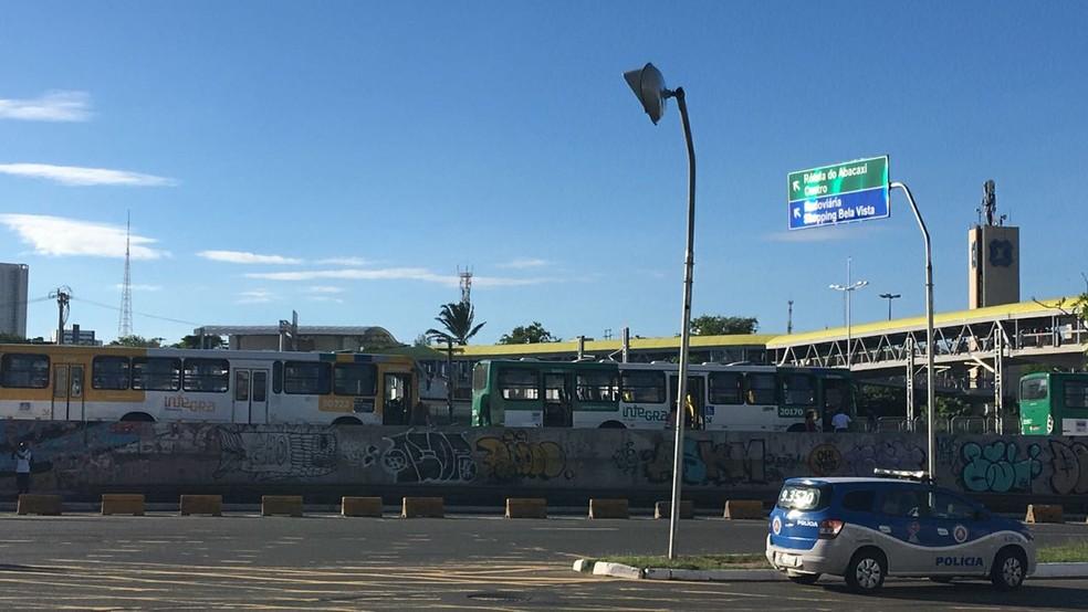 Fila de ônibus na via exclusiva na região do Iguatemi, em Salvador (Foto: Maiana Belo/ G1)