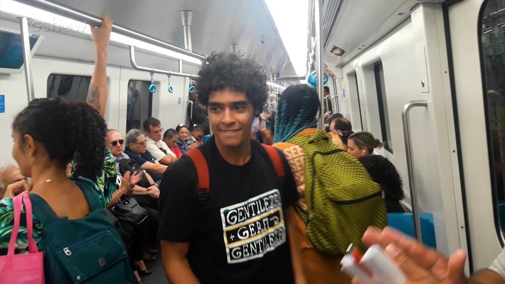 Igor Fernandez fez poesia no metrô como preparação para seu personagem, Luan, em 'Bom Sucesso' — Foto: Reprodução