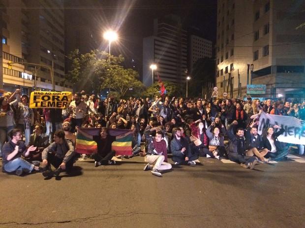 Grupo chegou a sentar no cruzamento da Rua Lima e Silva com Avenida Loureiro da Silva (Foto: Fábio Almeida/RBS TV)