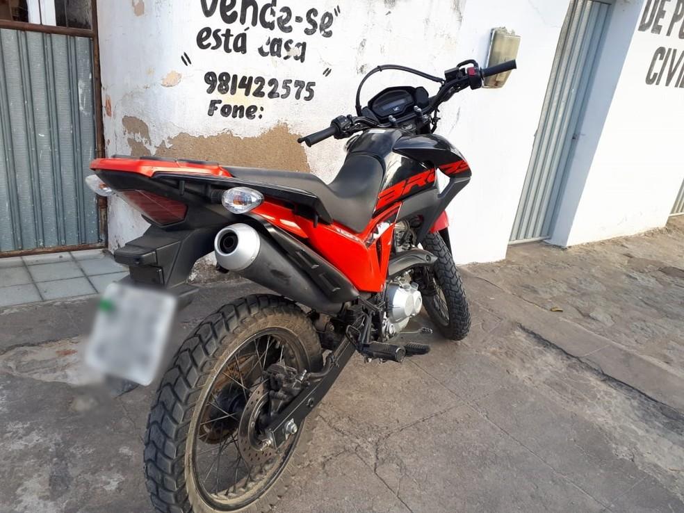 Uma moto com restrição de roubo foi apreendida durante a Operação 'Palegma' no Cariri paraibano — Foto: Polícia Civil/Divulgação