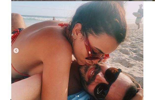 Talita Younan e João Gomez em praia do Rio de Janeiro (Foto: Reprodução/Instagram)