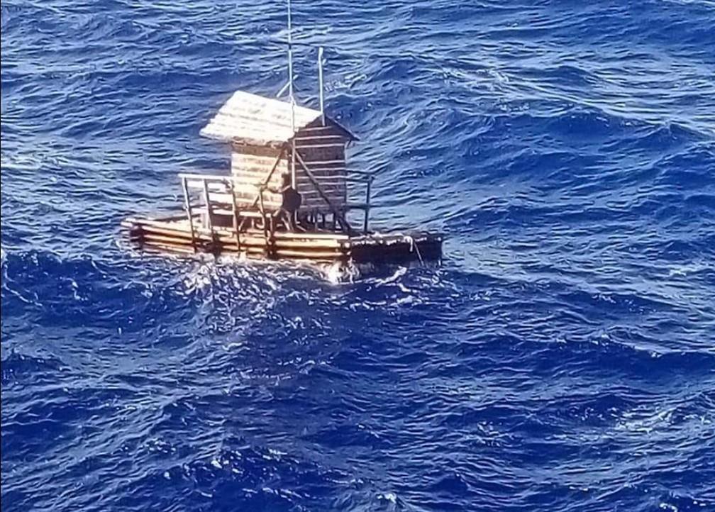 Jovem indonésio sobreviveu após ficar 49 dias à deriva em cabana flutuante no Oceano Pacífico — Foto: Reprodução/Facebook/Consulado da Indonésia em Osaka
