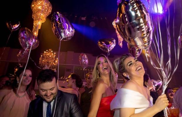 Ticiane Pinheiro se diverte em pista de dança com os noivos Naiara Azevedo e Rafael Cabral (Foto: Reprodução/Instagram)