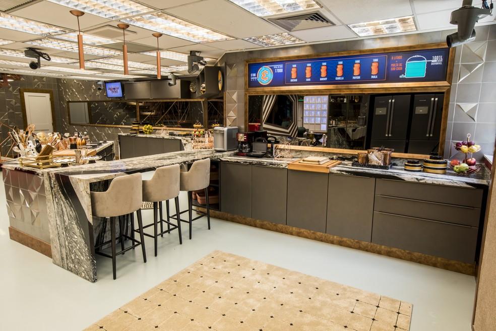 Ainda no ambiente da cozinha, vemos acima um quadro eletrônico que controlará as estalecas e o consumo de água da casa — Foto: Victor Pollak/TV Globo