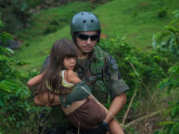 Militares da FAB resgata menina em Baixo Guandu, no Espírito Santo. (Foto: Sargento Batista/ Agência Força Aérea)