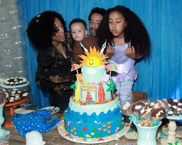 Negra Li e Junior Dread com os filhos, Sofia e Noah (Foto: Marcos Ribas/Brazil News)